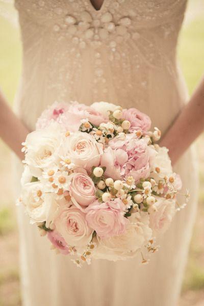 Un estilo de bouquet de lo más romántico: peonías, rosas, margaritas. - Para las novias más románticas y tradicionales. | Elige tu ramo dependiendo de tu estilo de boda | Rosa Clará