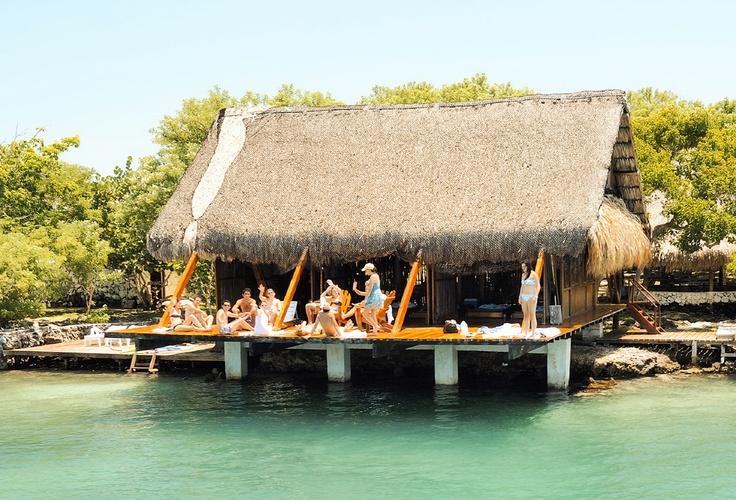Un grupo de amigos en una de las casas caribeñas en Isla Barú
