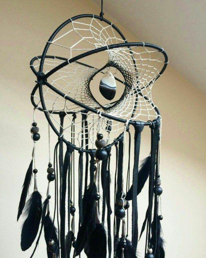 attrape reves, forme intéressant, toile blanche et décoration noire, perles et plumes
