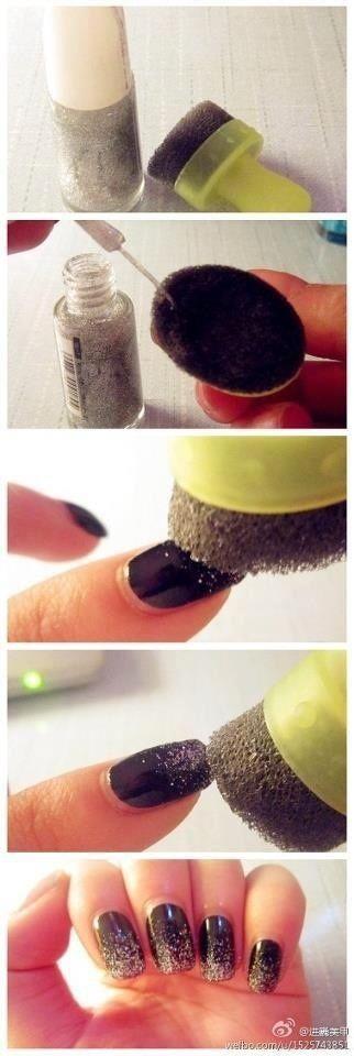 Aplicação de glitter nas unhas.