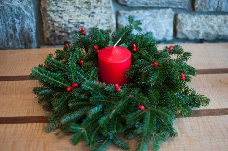 centro de mesa con una vela roja