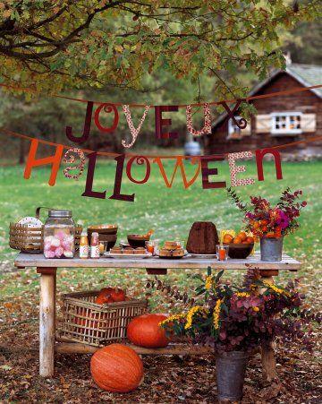 Banderole joyeux halloween avec des lettres de carton recouvertes de tissus colorés