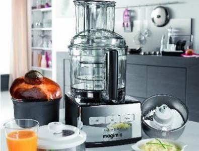 De Magimix 5200 XL Premium mat chroom is een multifunctionele keukenmachine met 3 verschillende maten mengkommen van 1,2 liter, 2,6 liter en 3,7 liter. De deksel is voorzien van een extra brede schacht met duwer om uw voedsel tijdens het draaien toe te voegen. U gebruikt de Magimix 5200 XL foodprocessor voor al uw werkzaamheden in de keuken.