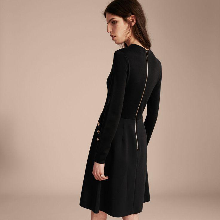 Расклешенное платье из эластичного шелка и шерсти в стиле милитари. Модель с длинными рукавами идеально сочетается с ботинками для офиса.