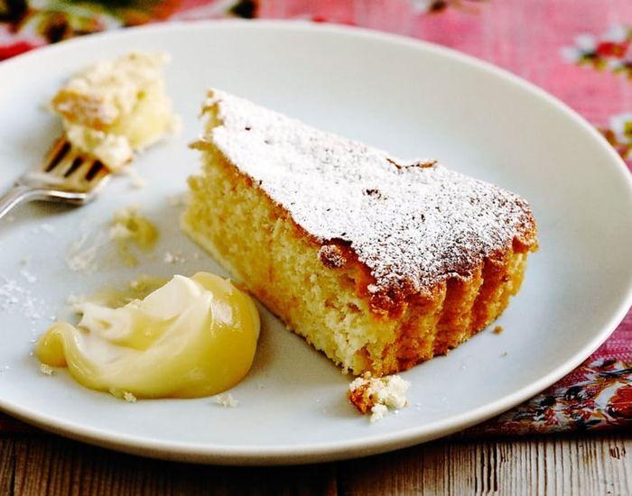 Malte mandler og potetmel gjør denne italienske sitronkaken til en saftig og luftig smaksopplevelse.