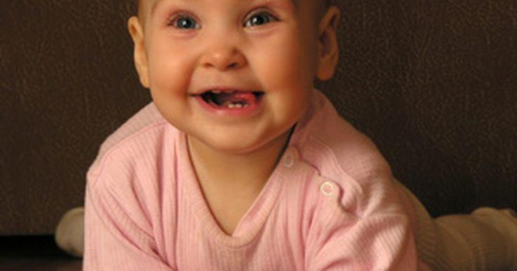 Ideas de manualidades para niños de 6 a 8 meses. La capacidad de un bebé para participar en manualidades, especialmente entre las edades de 6 a 8 meses, resulta limitante. Manualidades apropiadas para estos niños incluyen típicamente el uso de impresiones con la mano, huellas dactilares y huellas con los pies. Sin embargo, la exposición del bebé a estas manualidades le da su primera oportunidad ...