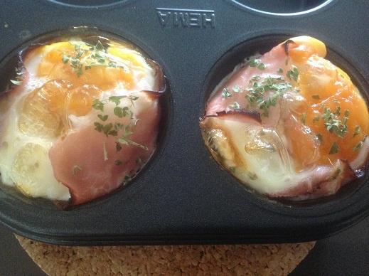 muffinvorm- plakje ham onderin- stukjes champignons- geraspte kaas- eitje erboven breken, peterselie  15 min. op 180 graden