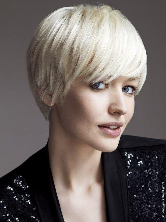 Auch weißblond oder Lichtblond kann der Winterfarbtyp tragen. Kerstin Tomancok / Farb-, Typ-, Stil & Imageberatung