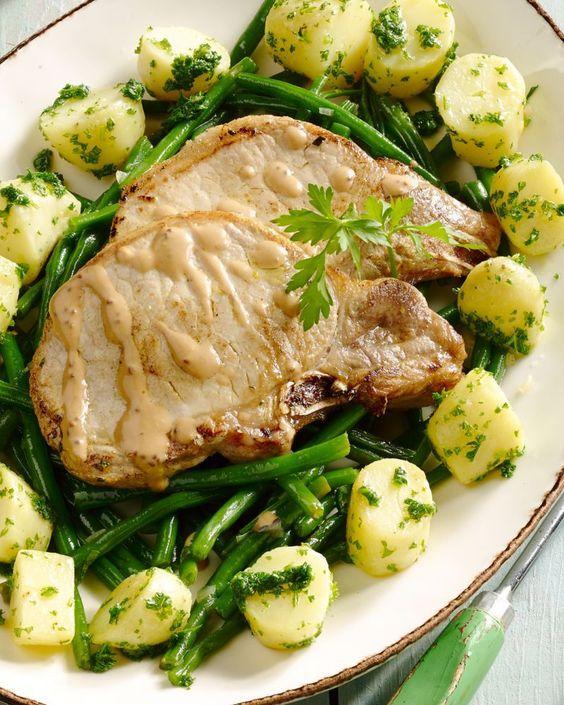 Een heerlijk klassiek gerecht, deze kalfskotelet met peterselie-aardappelen een sausje van graanmosterd en prinsessenboontjes. Ideaal voor op zondag!