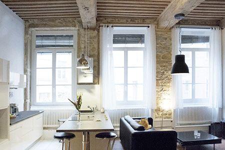appartement   contemporain   cuisine ouverte bar américain   salon - deco maison ancienne avec poutre