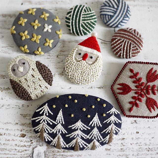 サンタの仲間達もご紹介 雑誌LEE12月号にて。 * * #brooch #santaclaus #christmas #brooch #サンタ #クリスマス #embroidery #刺繍 #handmade #needlework #linen #stitch #刺绣 #lee12月号