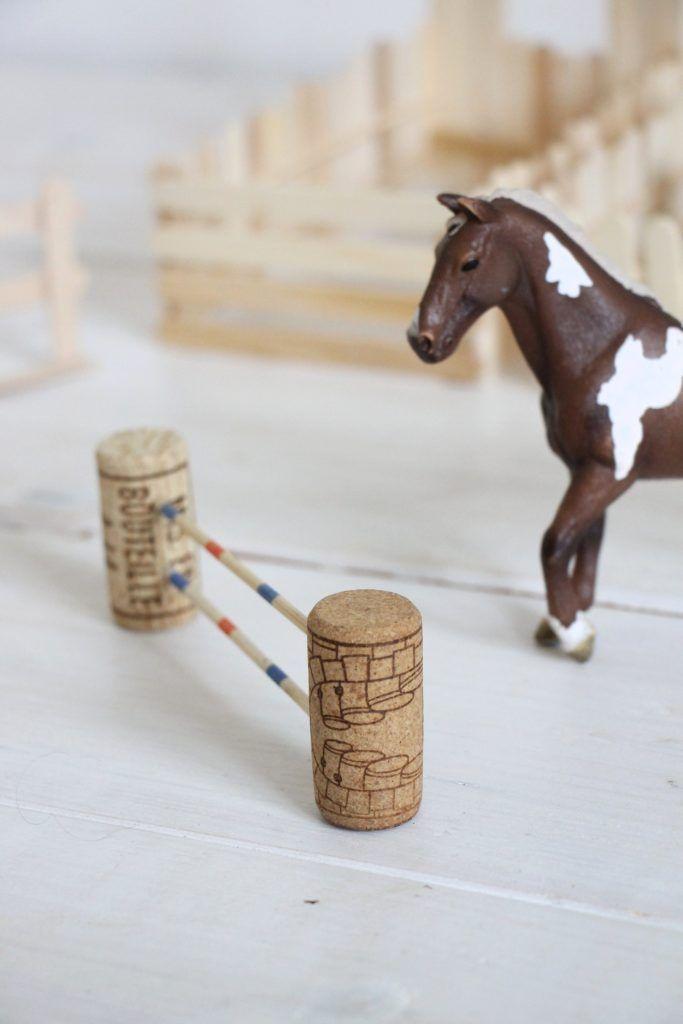 Basteln mit Eisstielen: Pferdestall bauen