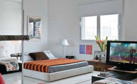 Inspiração oriental: repare na altura da cama. Os móveis mais baixos que o padrão, ao estilo das casas japonesas, contribuem para dar a impressão de que o pé-direito é maior. Projeto de Paulo Castellotti.