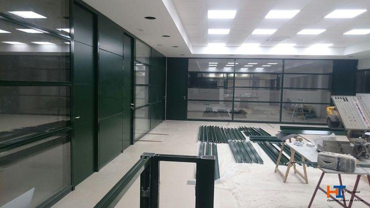 Estamos en pleno proceso de obra. Ya tenemos los despachos prácticamente terminados. Perfiles y paneles lacados en verde ral 6009. Puertas alzado suelo a techo lacadas en el mismo color.