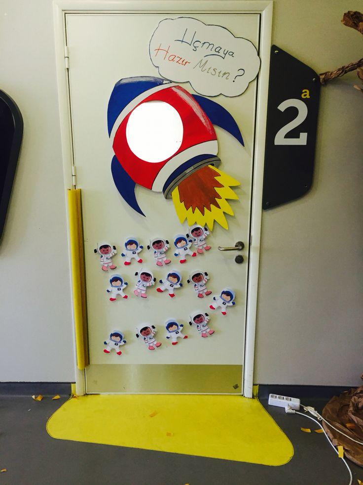 İlkokul grubu için uzay temalı kapı süsü.