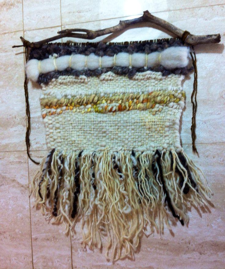 Telar deco con lana natural de oveja con aplicación de lana en teñido natural