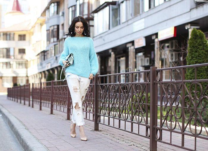 Девушка в белых рваных джинсах, мятный свитер и туфли