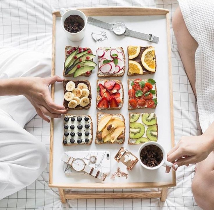 Slices of bread with fresh fruits: a nice breakfast in bed!