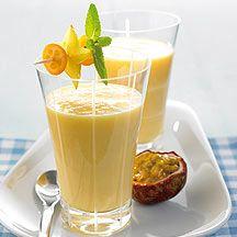 Smoothie van yoghurt en fruit. 5 porties (2 punten per portie). Mix 750 g exotisch fruit (diepgevroren) met 250 g yoghurt, 0% v.g., 150 ml halfvolle kefir en 2 eetlepels suiker. Gebruik hiervoor een geschikte (staaf)mixer of blender.       Garneer de smoothie met verse munt en stukjes vers fruit.