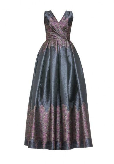 Платье с отрезной талией, лиф с декоративными складками на груди и глубоким вырезом. Пышная юбка в складку в длине макси. На спине имеется фигурный вырез. Рабочая застежка-молния на спине.