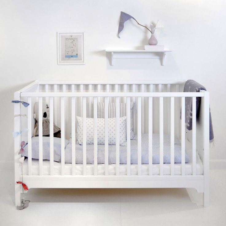 Seaside, en stilren och praktisk spjälsäng från Oliver Furniture med ett flexibelt system tänkt att följa barnets utveckling. Sängbotten har två olika lägen, det går att ta bort spjälor och göra kryphål för det lite större barnet. Det ingår även en långsida med lägre spjälor. Denna spjälsäng är tidlös och vacker men modern på samma gång. Sängen är tillverkad i lackad massiv björk och MDF. För ytterligare information se produktblad. Oliver Furnitures madrass till Seaside spjälsäng är Öko-...