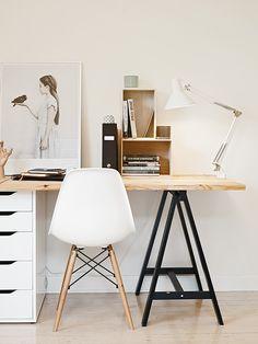 Utiliser 2 supports différents pour se créer un bureau : un tréteau et un petit meuble colonne. Bonne idée !
