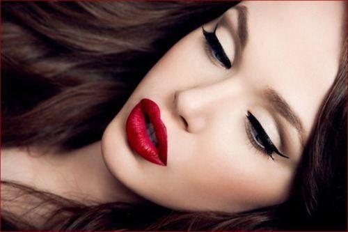 Czerwone usta i czarna kreska- klasyk.