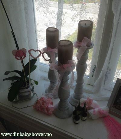Pynt opp med baby shower sukkertøy, bånd, såpebobler og mye mer. Hos www.dinbabyshower.no får du det du trenger til dåp, navnefest og baby shower!