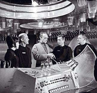 Raumpatrouille Orion: Bei ihrer Erstausstrahlung 1966 saßen über 55 Prozent der Deutschen gebannt vor dem Fernseher, um sich von dieser einzigartigen Weltraumserie mit Dietmar Schönherr als Commander Cliff Allister McLane in fremde Galaxien katapultieren zu lassen. Ein Bügeleisen als Element des Maschinenleitstands und Badewanneneinläufe als Mikrofone hatte man bis dato noch nicht gesehen. Die besten Fernsehserien Die TV-Serie hat in den letzten Jahren eine beeindruckende Entwicklung…