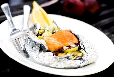 Lax i folie med skånsk marinad  Grilla små båtar av folie fyllda med lax, potatis, rödlök, matjessill, ägg, dill och annat gott.