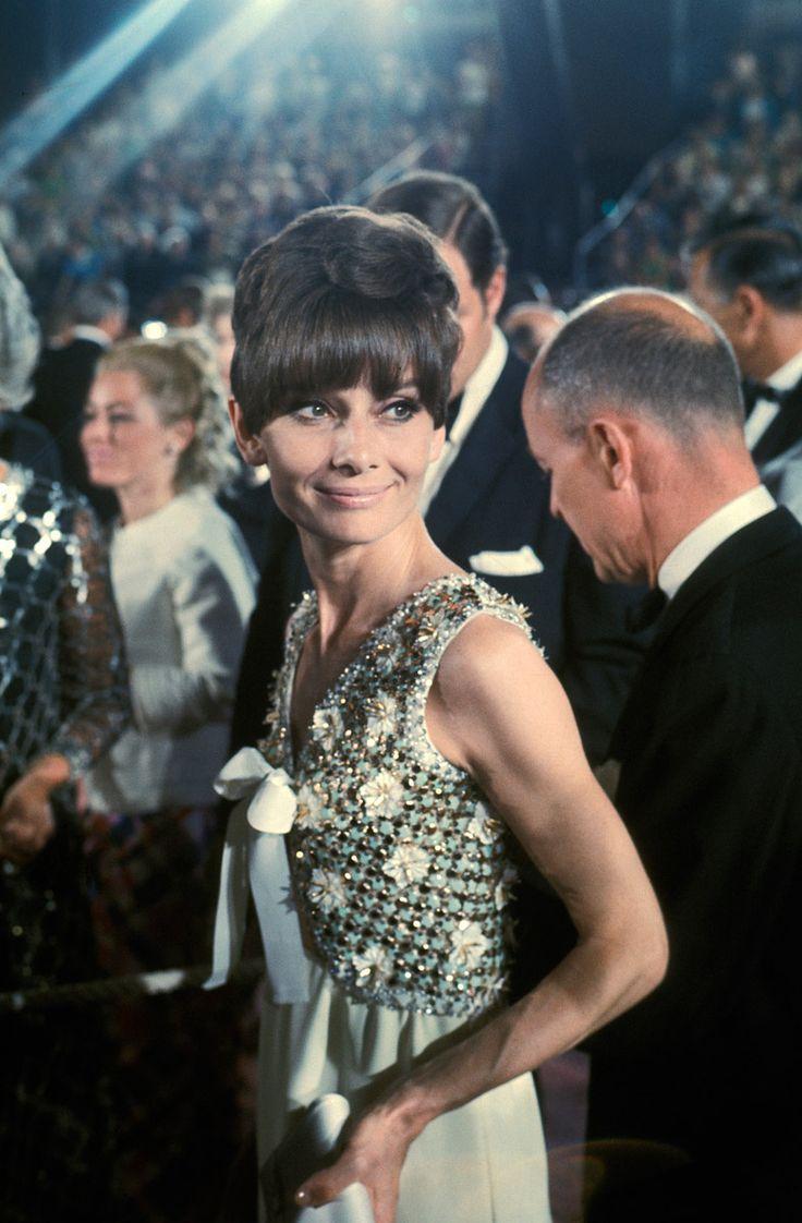 Audrey Hepburn en la entrega nº 47 de los Premios de la Academia, 1975.