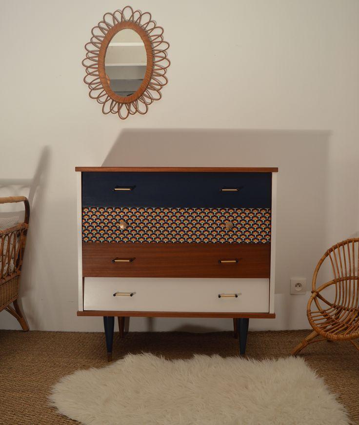 La commode vintage Pétronille a été entièrement restaurée. Un joli jeu de couleurs chic et rétro : bleu nuit, plume et tissu imprimé fleurs rétro
