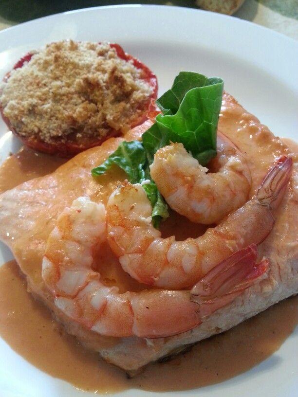 Salmón con salsa de gambas