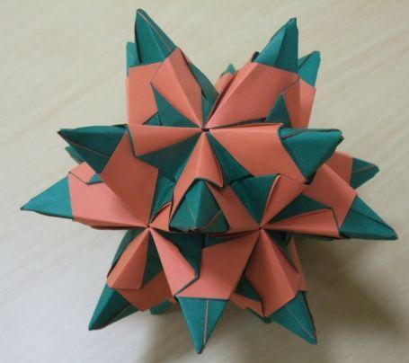 Kto wymyśla wzory origami? Poczytaj na naszym portalu i zrób sam Gwiazdę Bascetta!