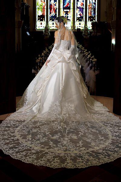 荘厳な大聖堂でも花嫁の存在感が際立つ洗練された一着。ドラマティックに美しいロングトレーンと愛らしい雰囲気のショートトレーンの2WAYで後ろ姿を印象深く優雅に演出。『RJ-056』p01_pic10