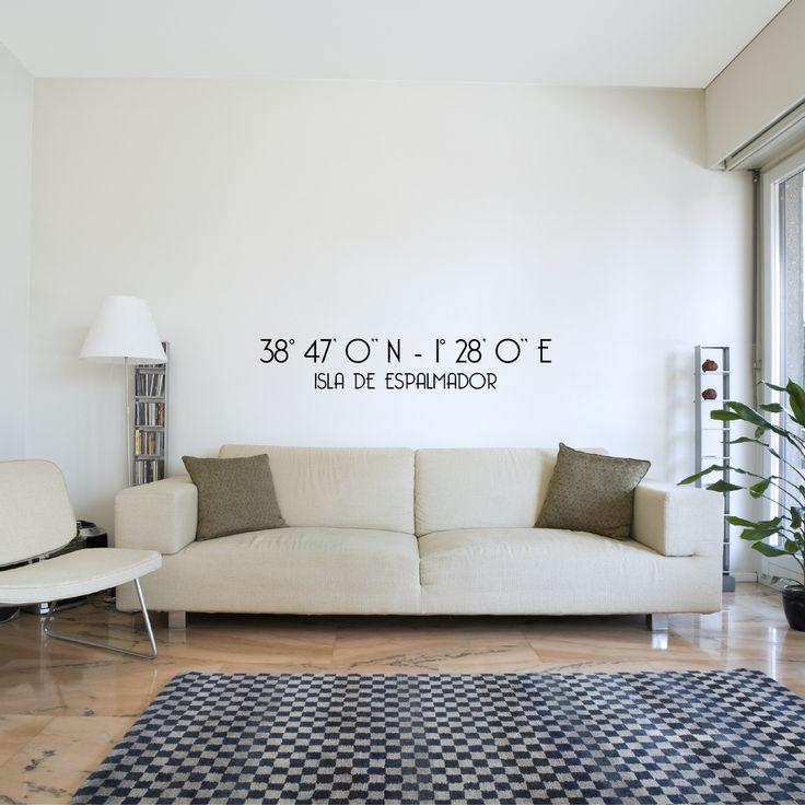 Vinilo Coordenadas (personalizable). Deja de soñar en un lugar perdido en medio de la nada! Ahora, puedes convertir las paredes de tu salón en ese lugar.