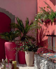 Ambiance provençale sur la terrasse avec de superbes jarres  rose et de rouge, Plus de photos sur Déco Cool http://petitlien.fr/7vpb