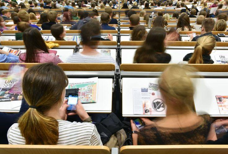 Küss die Hand, Frau StudentIn: Eine Wiener Fachhochschule verlangt bei Abschlussarbeiten die geschlechtsneutrale Form - unter Androhung von Strafe. In Wels hingegen hat der Gemeinderat das Binnen-I ganz abgeschafft.