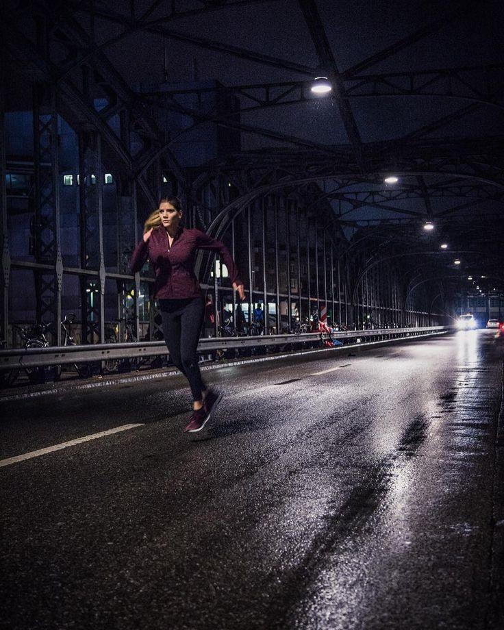 Den inneren Schweinehund überwinden, heißt auch zu jeder Tag- oder Nachtzeit an seinen Zielen zu arbeiten. 👊🏼💥 Besonders Dunkelheit bringt Fokus in meinen Lauf - ausgestattet mit dem UBX All Terrain ist gerade das ganz praktisch für die kommenden Wintermonate, in denen es ohnehin immer früher dunkel wird 🌃  Mich hält die Dunkelheit nicht vom Training ab. Änderst du deinen Laufrhythmus wenn es dunkel wird? 😱  @trainhard_eatwell - your turn. Zeig mir, dass du läufst, wenn andere Zuhause…