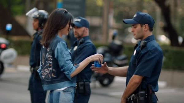 Kendall Jenner and Pepsi Backlash Ad - How getting popularity in favor of police brutality in America - http://dtopost.com/kendall-jenner-and-pepsi-backlash-ad/