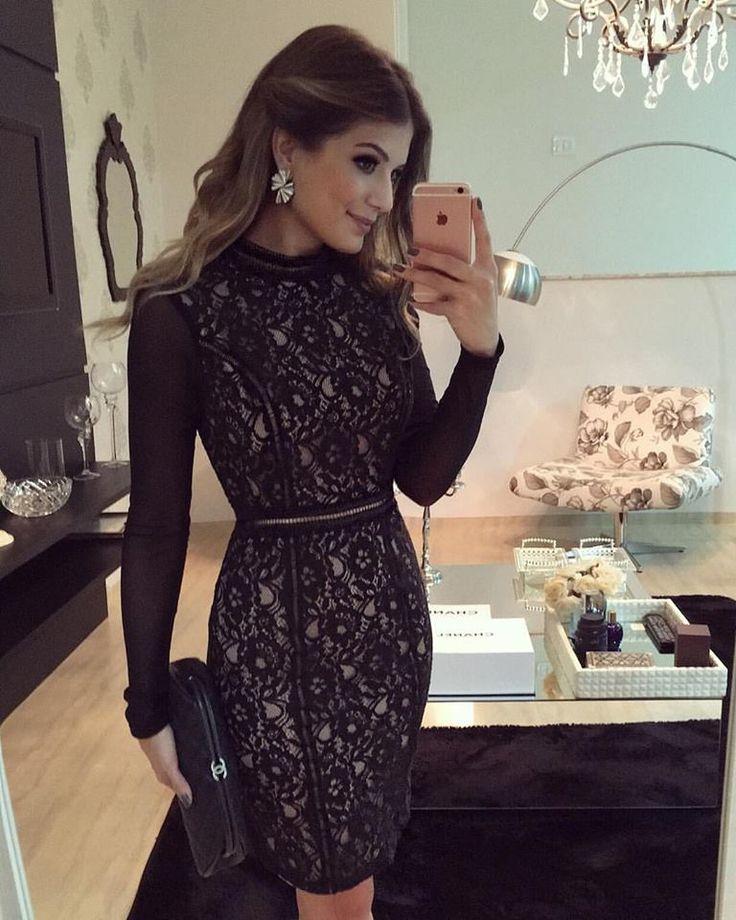 Vestido preto de renda com recortes com detalhes em couro Ariane Canovas