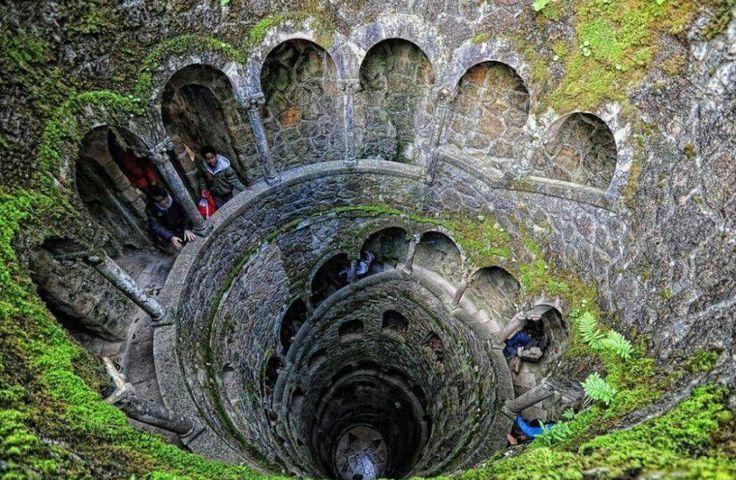 Pozo que simboliza 9 círculos del infierno en Quinta de Regalitos - Portugal
