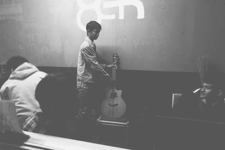 A photo of Emir Oktarianto taken by Ahsani Taqwim while preparing his guitar before the interview with 8EH Radio ITB.
