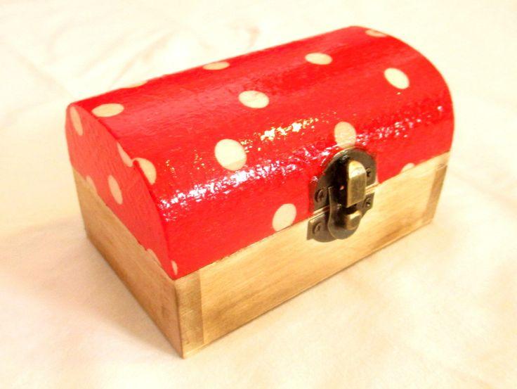 Krabička s motívom muchotrávky, použitá akrylová farba, decoupage, patina, 2x prelakované lesklým lakom.  http://www.sashe.sk/HomeArt/detail/krabicka-muchotravka-mala