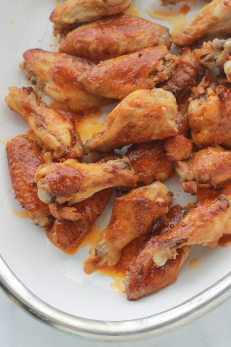 Ailes de poulet sauce buffalo, un plat succulent, super facile : des ailes de poulet marinées dans une sauce et grillées au four. Délucieux en entrée et en plat principal.