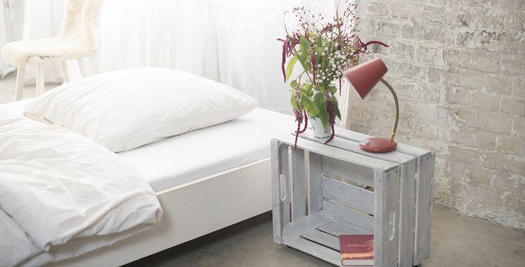 Schlafzimmer Beispiel mit minimalistischem Massivholzbett