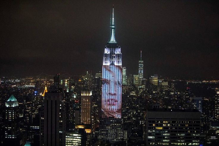 """Gefällt 2,524 Mal, 26 Kommentare - Lara Stone (@lara_stone) auf Instagram: """"👀 Holy shitballs my face is projected onto the Empire State Building! 😱 Thank you so much…"""""""