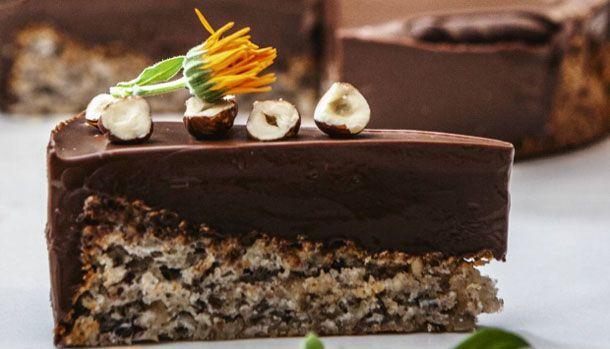 Cremet chokolade og en skøn nøddebund gør denne kage til en sand himmeripsmundfuld - og kagen er meget nemmere at bage, end du måske tror.