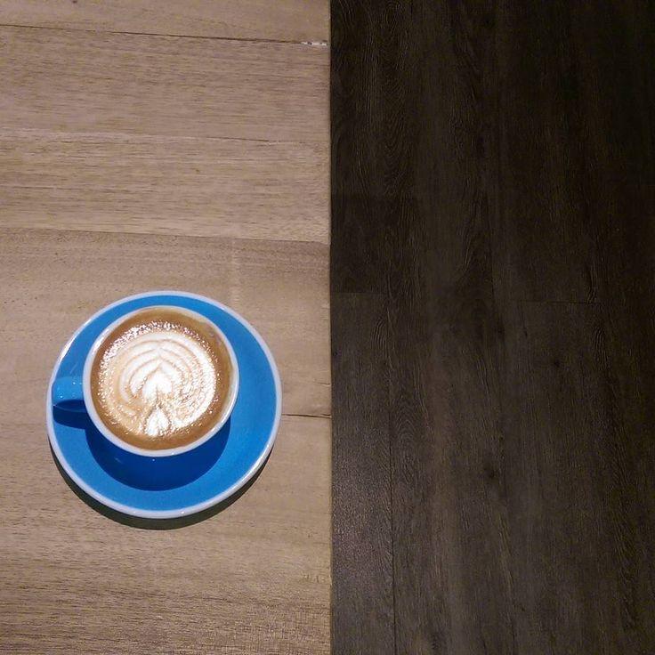 """Instagram sudah jadi norma untuk kedai kopi di Indonesia.  Namun perhatikan informasi yang kedai sampaikan. Apakah sudah lengkap tertera di bio?  Buat saya yang suka jalan-jalan cari kedai kopi ternyata masih sulit menemukan hal sederhana--misalnya hari atau jam buka di kedai yang ingin saya sambangi.  Informasi apa lagi yang biasanya kamu cari terkait kedai kopi di Instagram? (in frame: seduhan @ratiocoffee.id mimin lagi jadi... """"misfit melancholy dregs gone lost in the mall"""") # #kopi…"""
