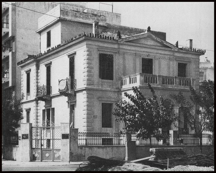 """Ελ. Βενιζέλου & Σμολένσκη, Νέο Φάληρο. Φωτογραφία από το βιβλίο του Στέλιου Β. Σκοπελίτη """"Νεοκλασικά σπίτια της Αθήνας και του Πειραιά""""."""